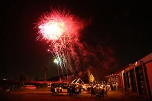 開放的なガーデンから見る素敵な花火