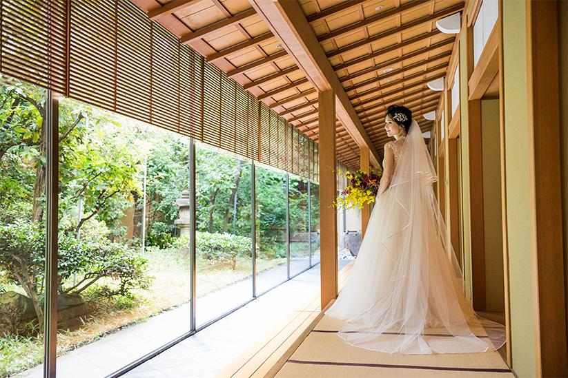 和室の中の真っ白なドレス姿で和モダンな写真を