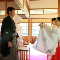 日本の伝統的な神前式。三々九度や親族固めの杯を交わします。