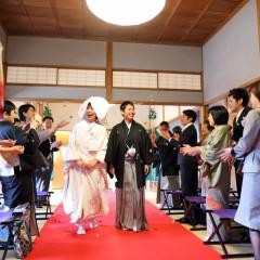挙式の退場時は、折鶴を新郎新婦に撒く「折鶴シャワー」など洋の人前結婚式のスタイルを和の会場に合わせてアレンジすることも可能です。