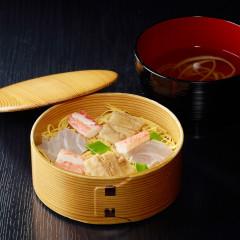 曲げわっぱに彩豊かに盛られた散し寿司