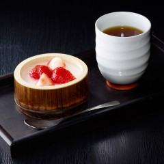 デザートの峰岡豆腐には、旬のフルーツを載せて