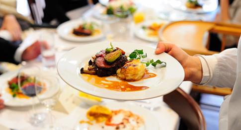 フランスの田舎町に実際にあるレストランを再現したラ・ブラスリー。食材はフランスから取り寄せ、味つけは本場のフランス人シェフが作ったお料理です。フランスが運営しているので、本格フランス料理が提供されます。