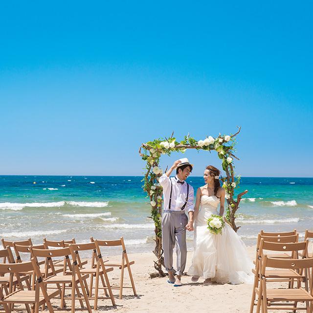 夏空の下で海を眺めながらの結婚式!