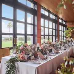 自然光降り注ぐ会場のテーブル装花