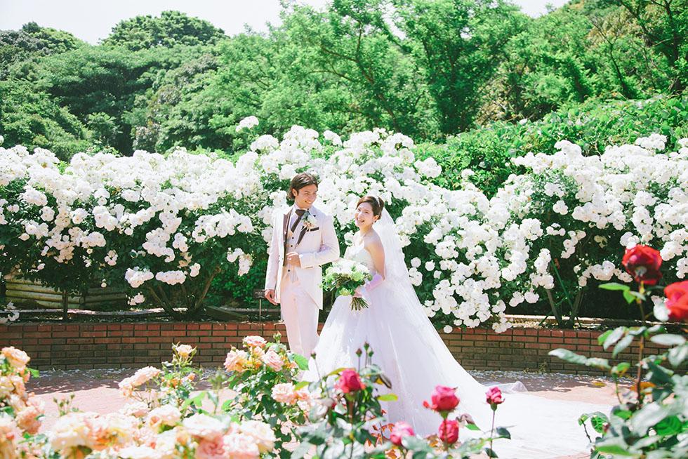 鮮やかな緑とバラに祝福される結婚式