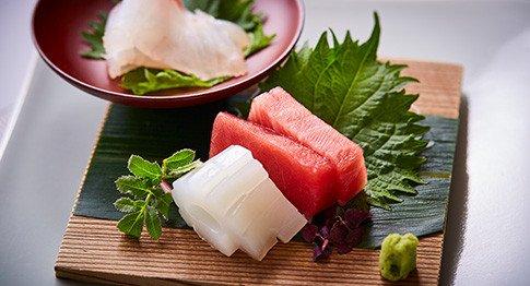 日本三大料亭「金田中」の本格的な和の会席料理。日本三大料亭に名を連ねる老舗の料亭「金田中」をご存じでしょうか。食材の旬を大切にし、日本の文化である「和食」の伝統を伝える日本三大料亭に数えられる老舗の料亭です。意外と知らないという方が多いのは、一見さんお断りのお店だから。政財界御用達のお料理を、お二人のご披露宴の中でゲストに提供できるのです。