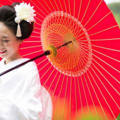 前撮り撮影では赤い傘を持って華やかに