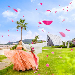 どんな色の相性の良いアースカラーの会場だからこそ憧れのピンクもばっちり映える!