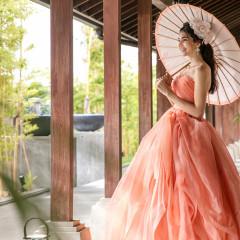木の温かさ感じる回廊では和傘×ドレスのモダンな雰囲気もぴったり