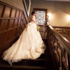 洋館の階段ではロングトレーンが特徴のドレスも映えます