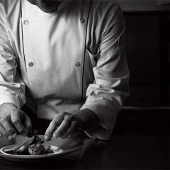 専属の厨房からできたての美味しさをゲストのもとへ