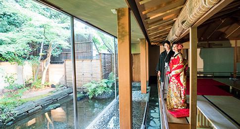 都心とは思えない静寂に包まれた空間。四季ごとに調和された彩りを見せる日本庭園を貸し切ったウエディングが行えます。
