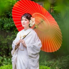 前撮り写真では鮮やかな和傘を持って