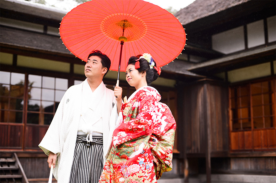 文化財の鶴翔閣をバックに鮮やかな和装が映えます