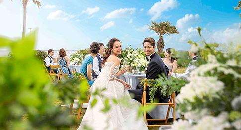 絶景のロケーションの中、海外の様な雰囲気のガーデンが魅力。どこまでも続く水平線と爽やかな青空、そしてガーデンの緑が織りなす壮大なパノラマビューが美しい結婚式場。ふたりの誓いを彩る夢のセレモニー空間は、一歩足を踏み入れた瞬間にゲストの心を躍らせます。