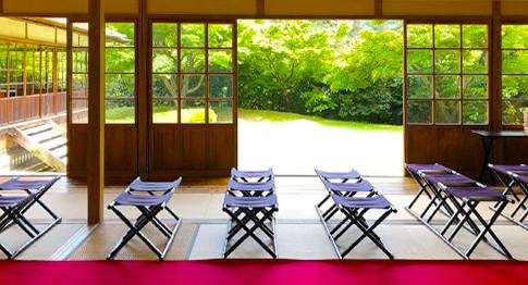 1日1組限定で貸切りの和風結婚式が行える三渓園。一般公開されていない貴重な建物での結婚式は、その日お二人だけのものになります。